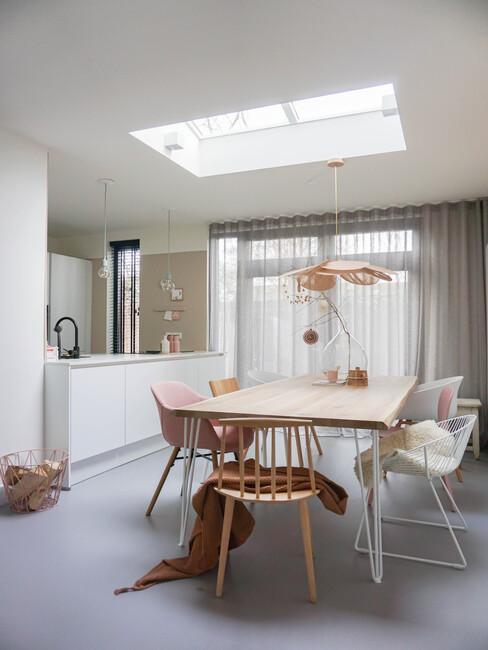 houten tafel met houten stoelen en een witte keuken