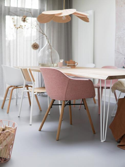 Eettafel in de woonkamer met roze scandinavische stoel bij Missjettle