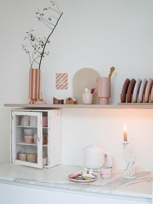 Wandkast met roze accenten