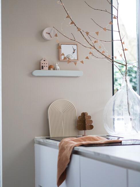keuken met marmeren blad en grote bloemenvaas