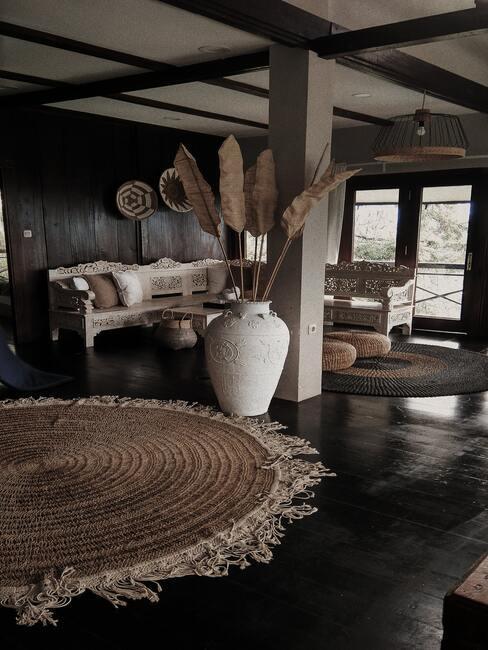 Ruime woonkamer met grote afrikaanse vaas en droogplant