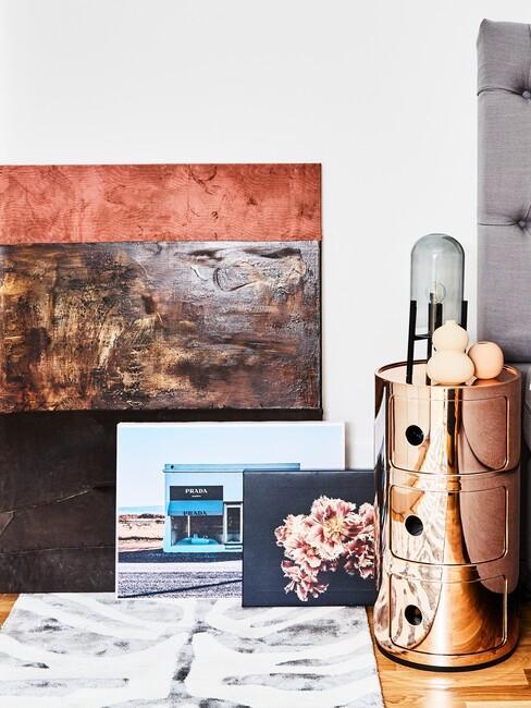 Kunst en foto's op de vloer