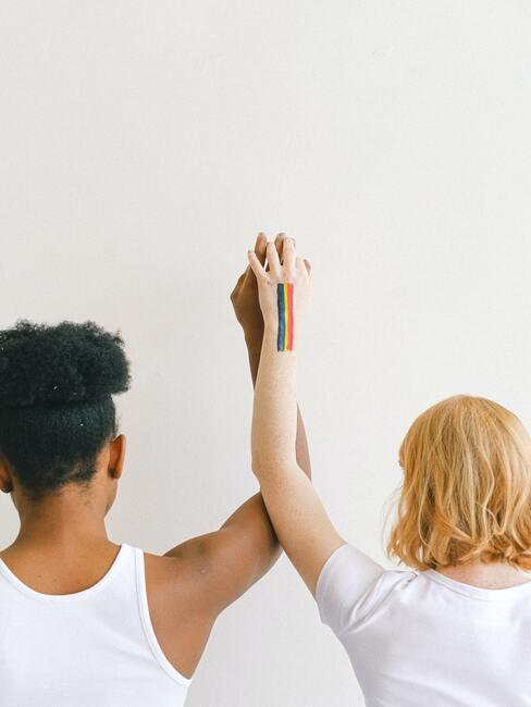 Twee vrouwen houden elkaars hand vast