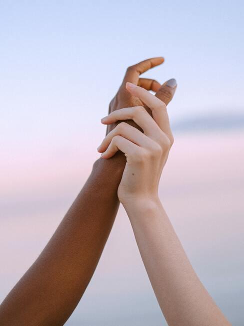Twee handen die elkaar vast houden