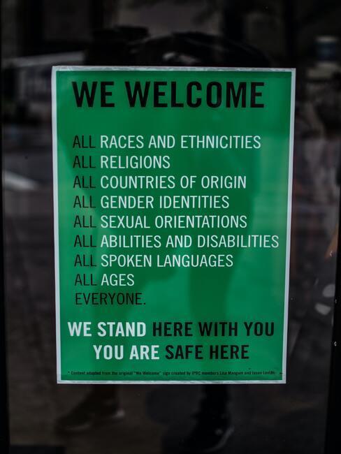 Bord met welkom erop in het groen met witte letters