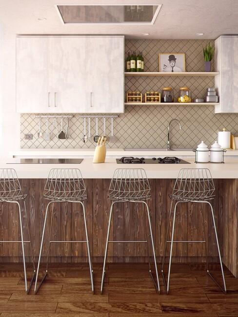Lichte keuken met een houten zijkant en zilvere barkrukken