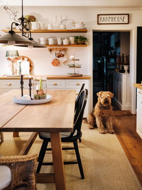 Open landelijke keuken in country core stijl met grote hond