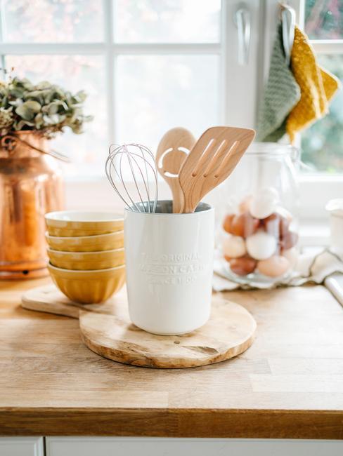 Houder voor keukengerei en houten plank