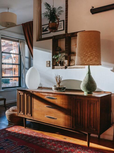 Houten dressoir met grote lamp en verschillende vasen