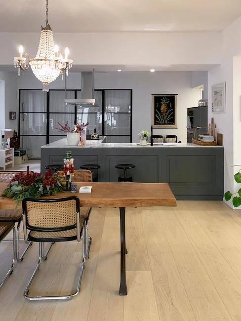 Open keuken met kroonluchter