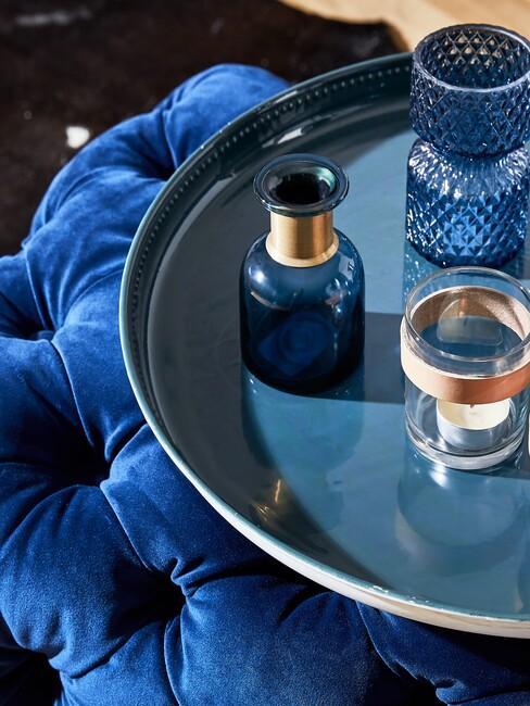 Blauwe fluwelen poef met dienblad