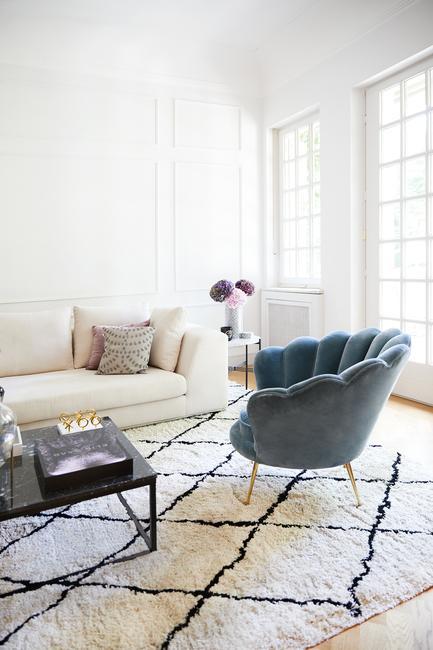 Lichte huiskamer met grote ronde meubels