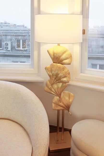 Ronde meubels en sierlijke vloerlamp