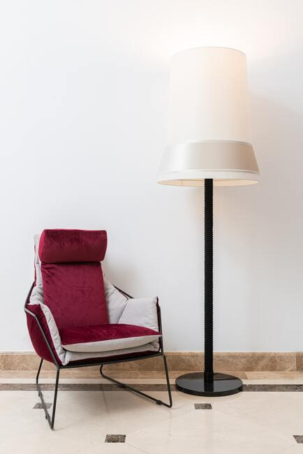 Bordeaux rode stoel en witte design lamp