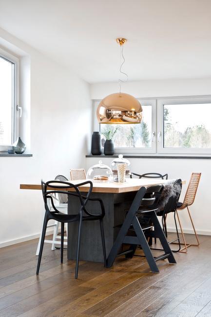 Eettafel met design stoelen en lamp