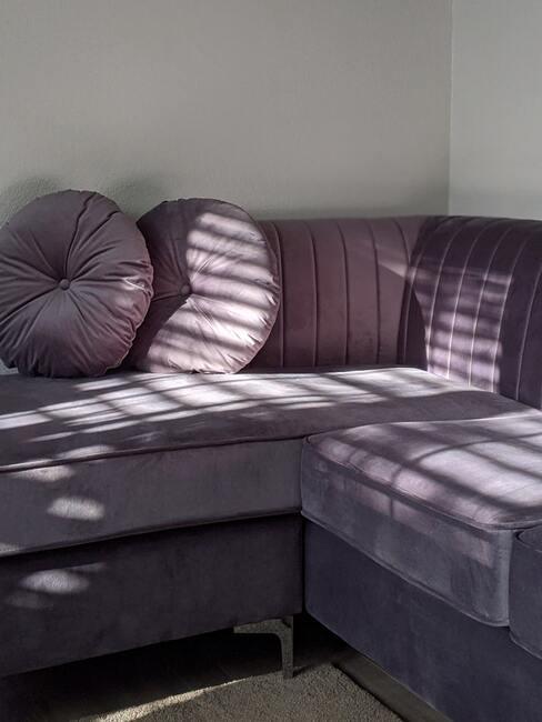 Paarse hoekbank van velvet met ronde kussens