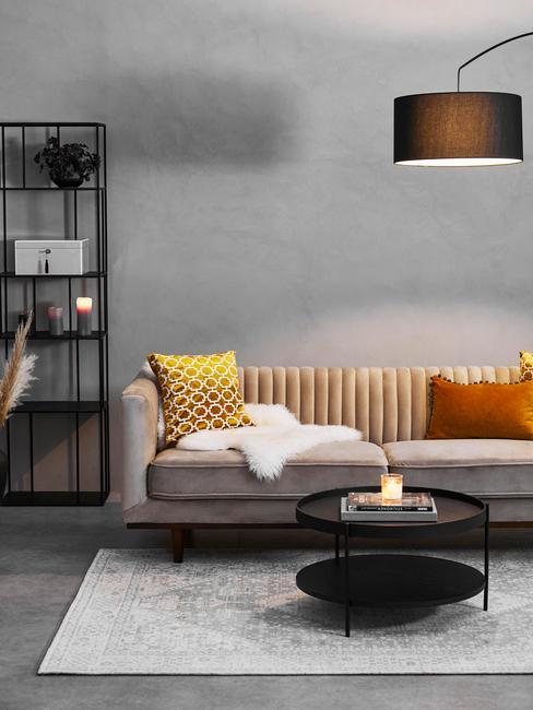 Grijze dante sofa in grijze woonkamer