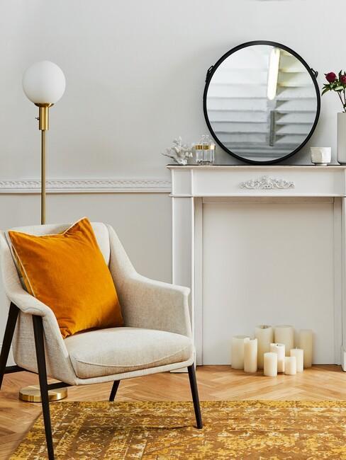 Lichte stoel voor openhaard met barok spiegel