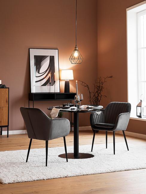 aardekleurige woonkamer met grijze stoelen