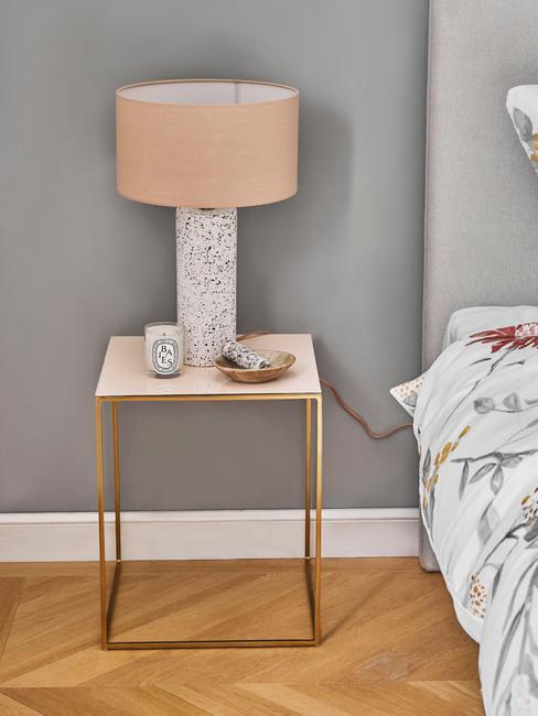 Nachtkastje met roze lamp