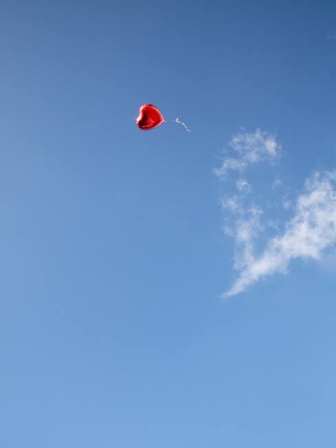 Hartjes vlieger in blauwe lucht