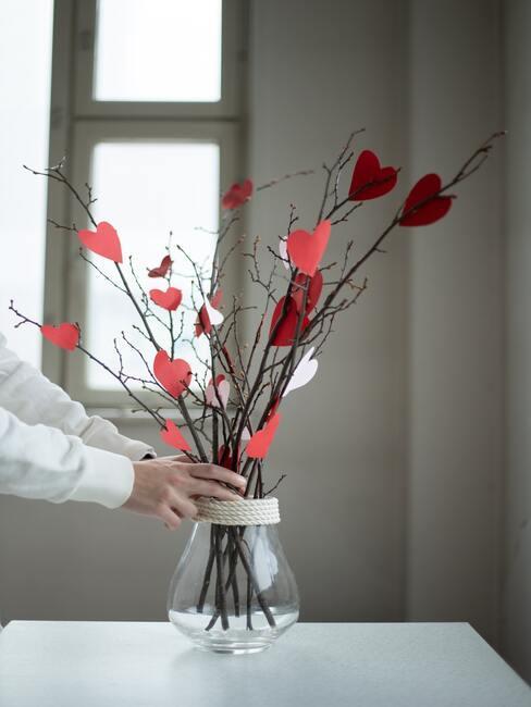 glazen vaas met hartjes decoratie