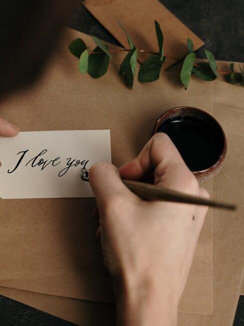 I love you handgeschreven op een kaartje