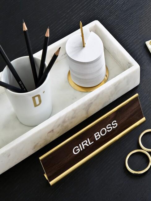 marmere bak met een pennenbak en kantoor spullen