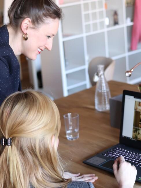 Twee vrouwen werken samen aan een project
