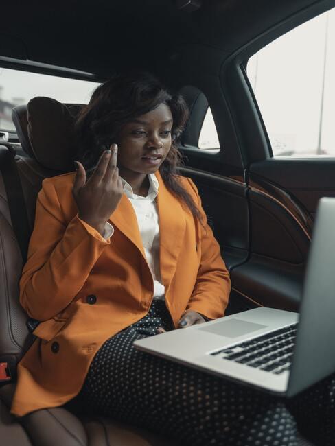 Vrouw zit in een auto te werken