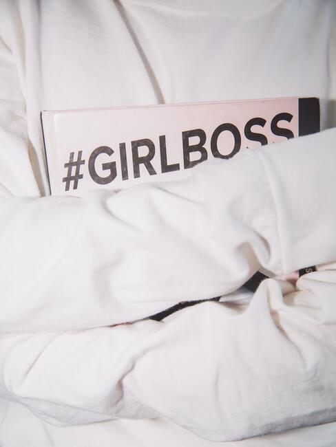 Vrouw houdt Girlboss boek vast