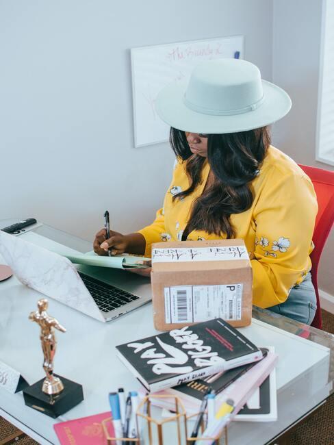 Vrouw werkt achter haar bureau aan zichzelf