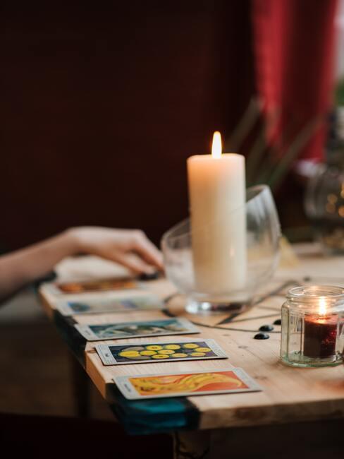 Vrouw, kaarten, tarot op houten sidetable