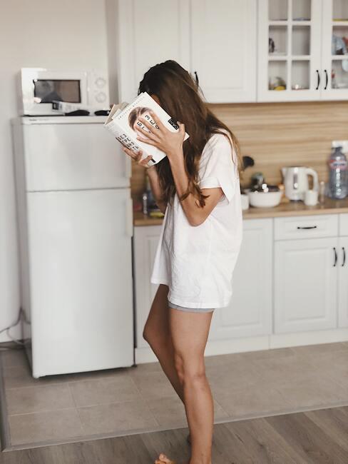 Vrouw leest een boek in de ochtend