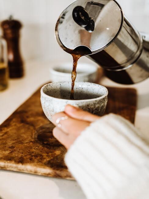 Een verse kop koffie in de ochtend