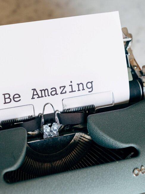 Typemachine met de tekst: Be Amazing