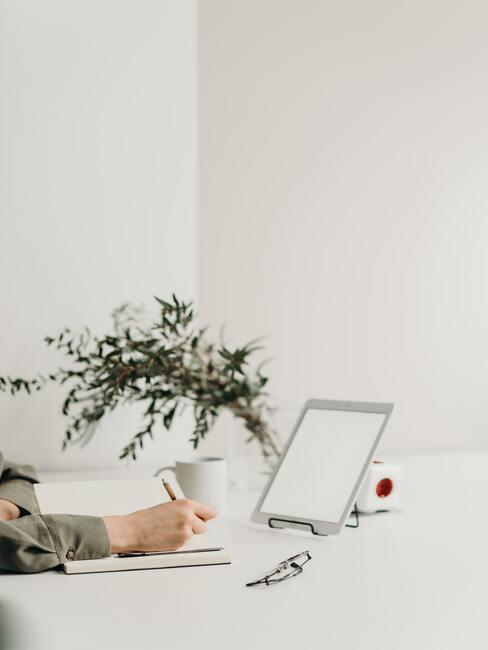 Vrouwe werkt achter haar laptop