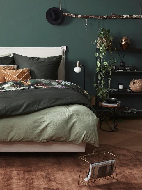 beddengoed in groen en geel in een slaapkamer in een natuurlijke stijl
