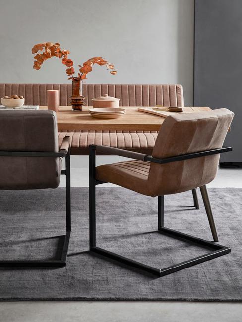 Fluwelen fauteuil in beige naast een eettafel