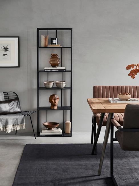 woondecoratie trends 2021: metalen boekenkast in zwart met decoratieve objecten
