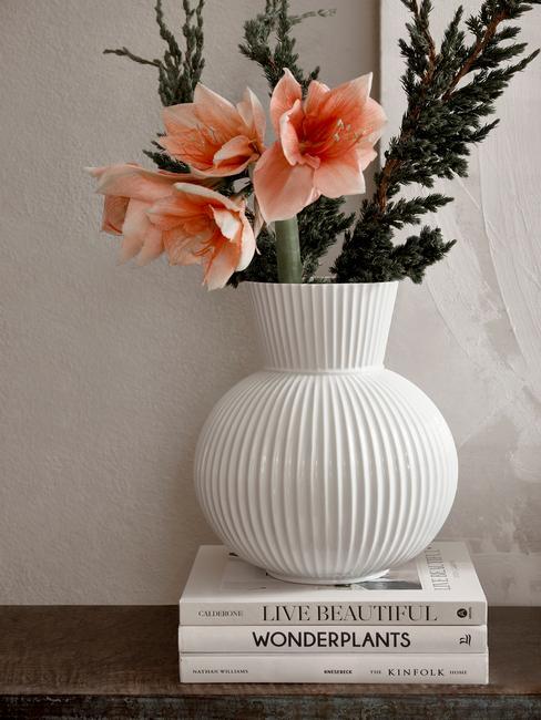 Decoratieve vaas in wit met bloemen