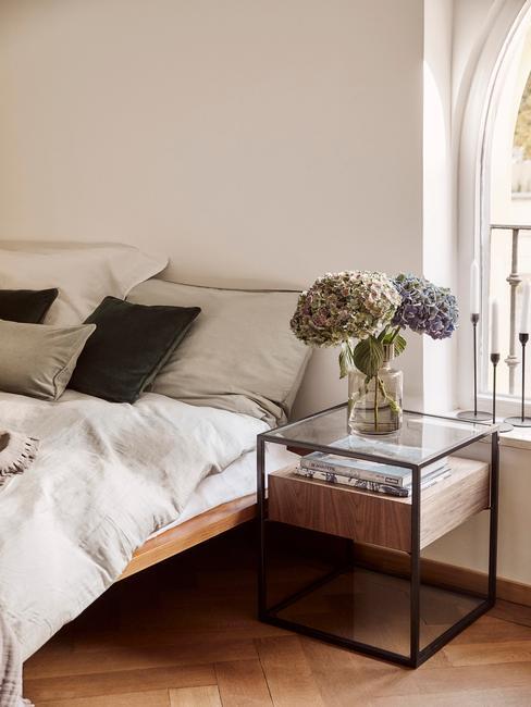 houten bed met hout met zwarte nachtkastje