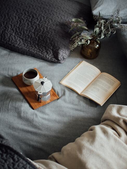 boek en koffie in bed