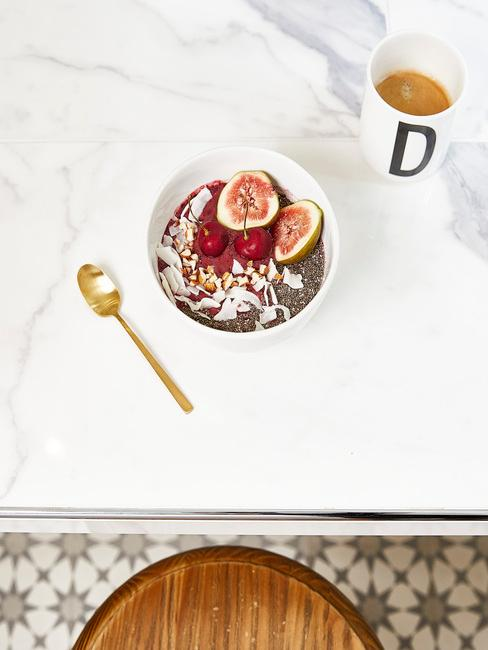 keukentrends 2021: kom met muesli op tafel in wit