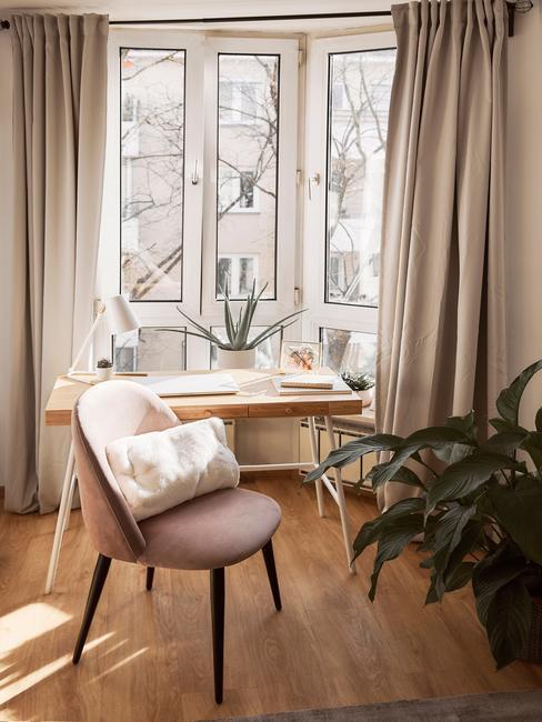 trend meubels 2021 zachte fauteuil in roze met sierkussen