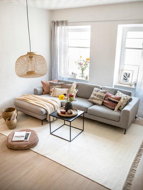 DIY lamp maken rotan lamp boven metalen salotafel en grijze zitbank