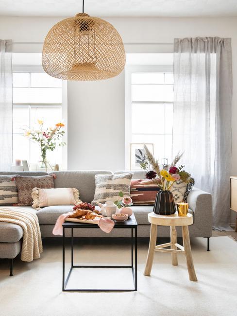 Rotan hanglamp in de woonkamer in grijs