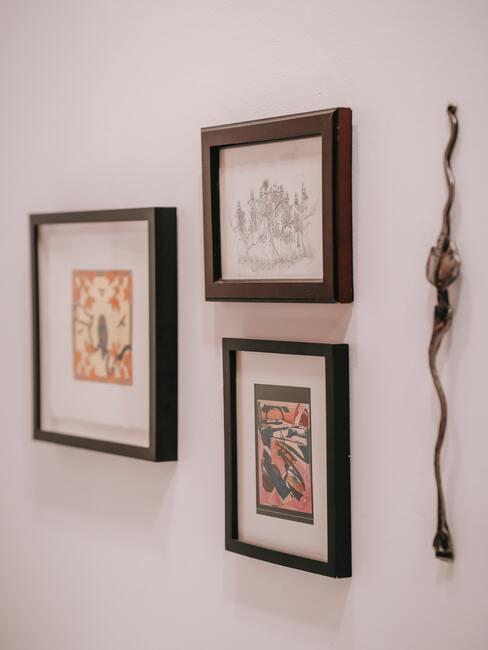 Fotolijsten die aan de muur hangen