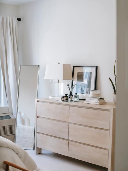 Slaapkamer in wit met lichbruine ladekast