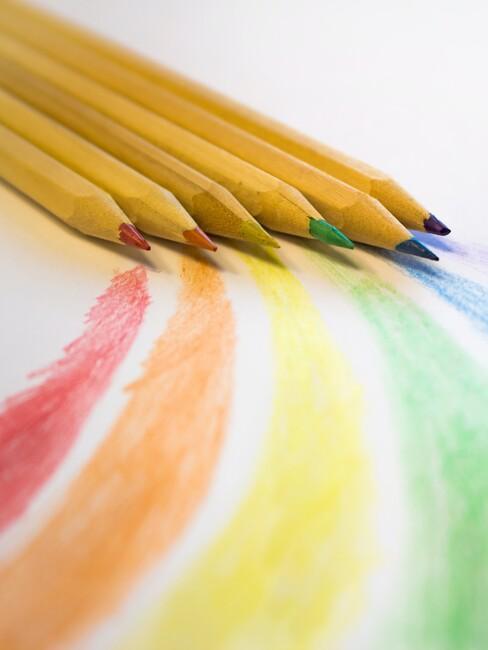 Potloden in verschillende kleuren van de regenboog